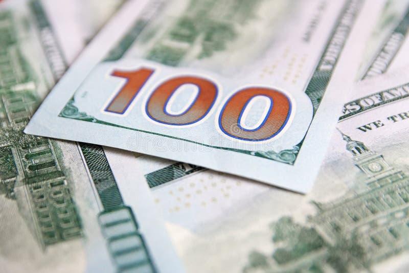 Une pile de cent billets de banque des USA avec des portraits de président Argent liquide de cent billets d'un dollar, fond d'ima photographie stock