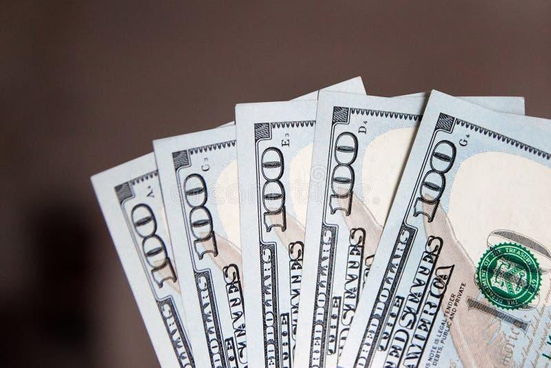 Une pile de cent billets de banque des USA avec des portraits de président Argent liquide de cent billets d'un dollar, fond d'ima photo stock