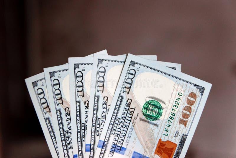 Une pile de cent billets de banque des USA avec des portraits de président Argent liquide de cent billets d'un dollar, fond d'ima photo libre de droits