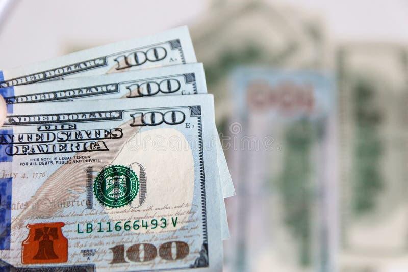 Une pile de cent billets de banque des USA avec des portraits de président Argent liquide de cent billets d'un dollar, fond d'ima photos libres de droits