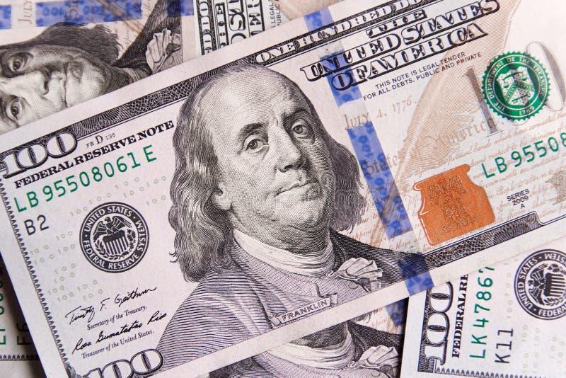 Une pile de cent billets de banque des USA avec des portraits de président Argent liquide de cent billets d'un dollar, fond d'ima images stock