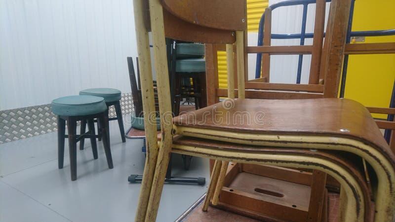 Une pile de chaises de cru sur un chariot à stockage image libre de droits
