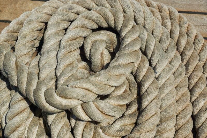 Une pile de corde sur la plate-forme d'un bateau photographie stock