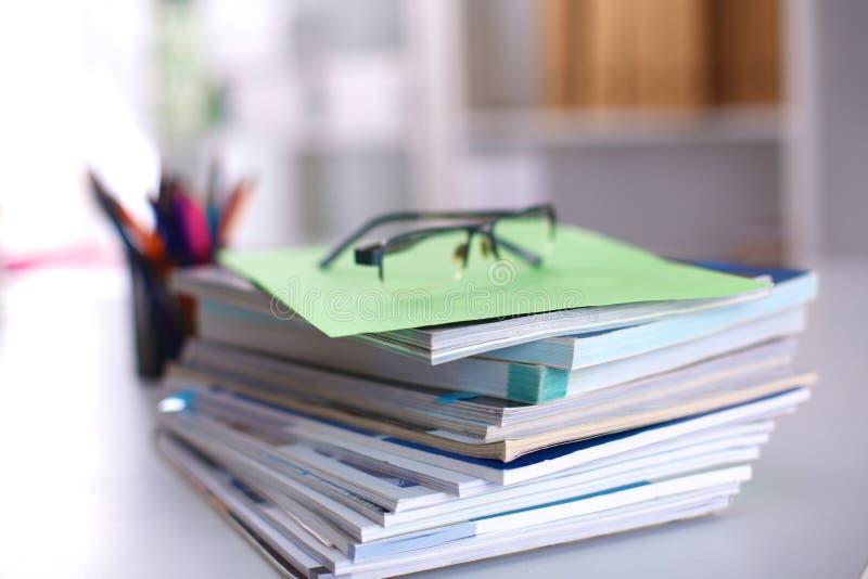 Une pile de documentation est sur le bureau dans le bureau images stock