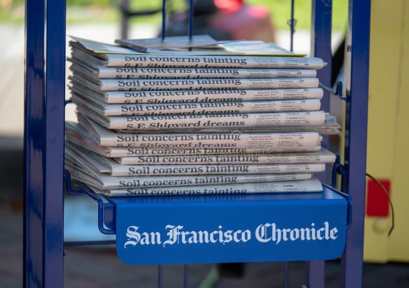 Une pile de journaux de San Francisco Chronicle photographie stock libre de droits