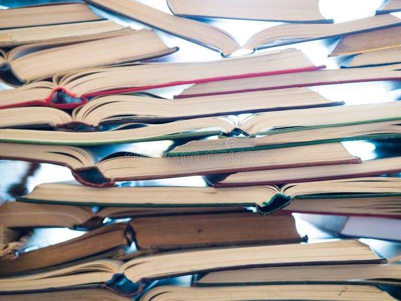 Une pile de livre ouvert, se trouvant sur la table Concept de la connaissance et d'éducation images libres de droits