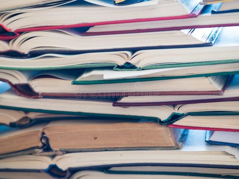 Une pile de livre ouvert, se trouvant sur la table Concept de la connaissance et d'éducation photo stock