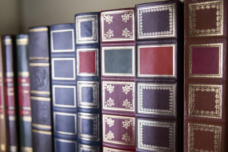 Une pile de livres classiques sur l'étagère images stock