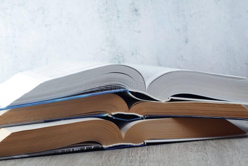 Une pile de livres ouverts photographie stock libre de droits