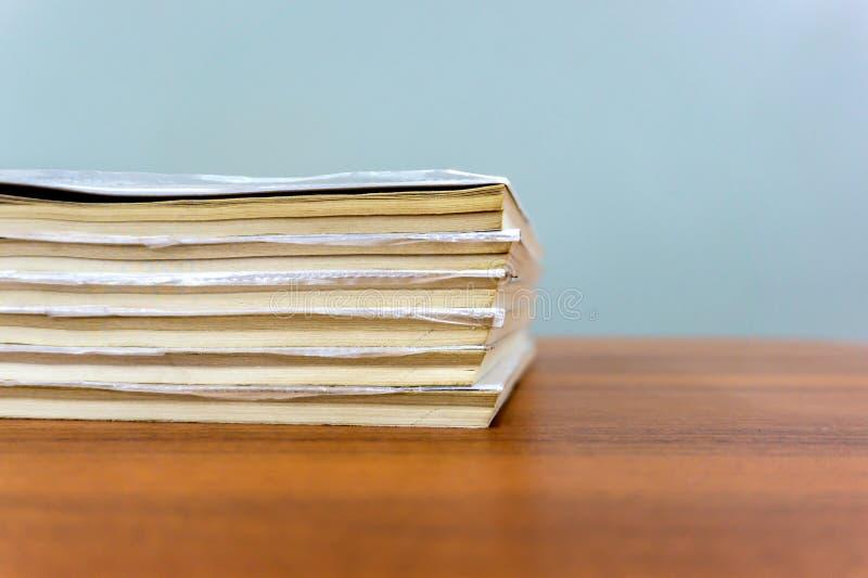 Une pile de livres se trouvent sur une table brune, documents sont en gros plan empilé photographie stock libre de droits