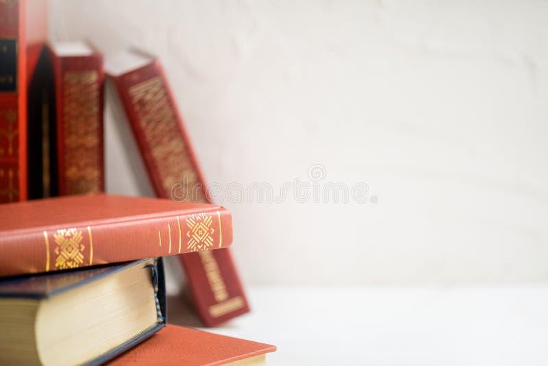 Une pile de livres sur le fond blanc, le foyer seletive, le concept d'éducation et de sagesse avec l'espace pour le texte photos stock