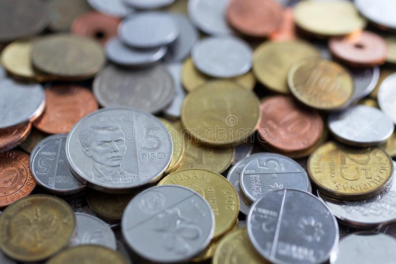 Une pile de nouvelles et vieilles pièces de monnaie de peso philippin images stock