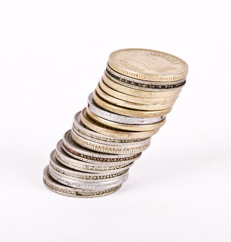 Une pile de penchement de pièces de monnaie image stock