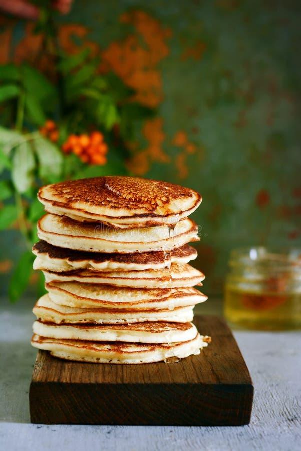 Une pile de punkcakes luxuriants pour le petit déjeuner sur un fond gris Haute pile des crêpes délicieuses avec des baies Cuisine image stock