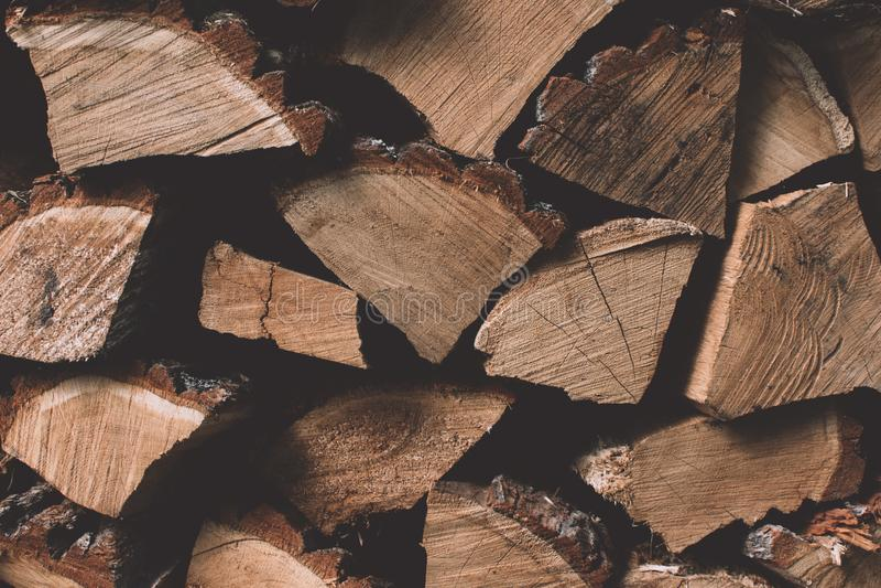 Une pile de rondins en bois de bois de chauffage sec étendus dans un tas stocké pour le fond de saison de chauffage d'hiver image libre de droits