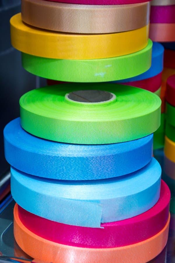Une pile de rouleaux de ruban multicolore photo stock