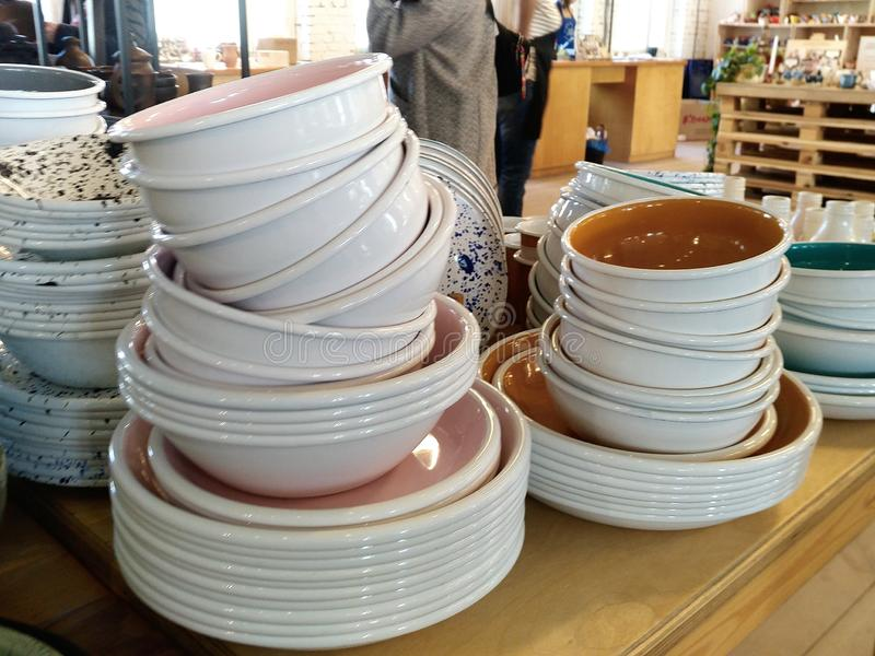 Une pile de supports de plats et de cuvettes sur le compteur photographie stock libre de droits