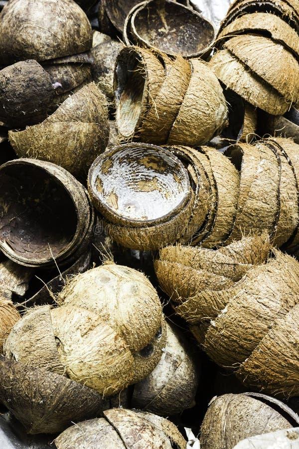 Une pile de vieille noix de coco tropicale Shell de Brown images stock