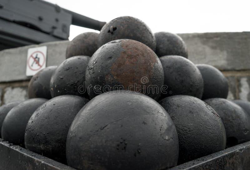 Une pile de vieilles boules de canon à un fort photo libre de droits