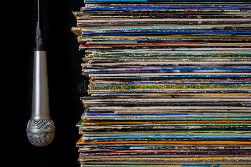 Une pile de vieux disques et de microphone accrochant image stock