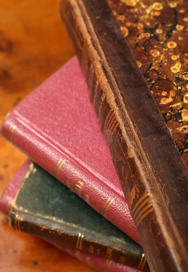Une pile de vieux livres images libres de droits