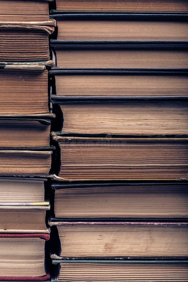 Une pile de vieux livres déchirés en lambeaux photo stock