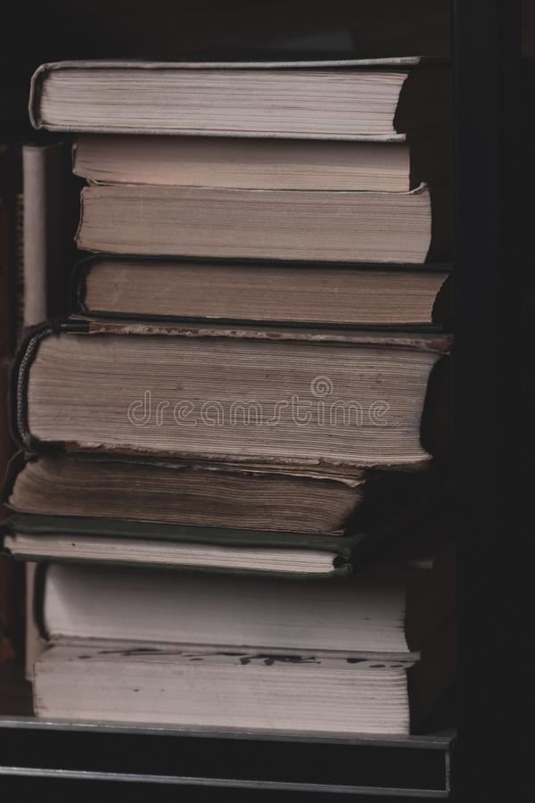 Une pile de vieux livres sur l'?tag?re Pages de texture de vieux livres ?troitement  photo stock