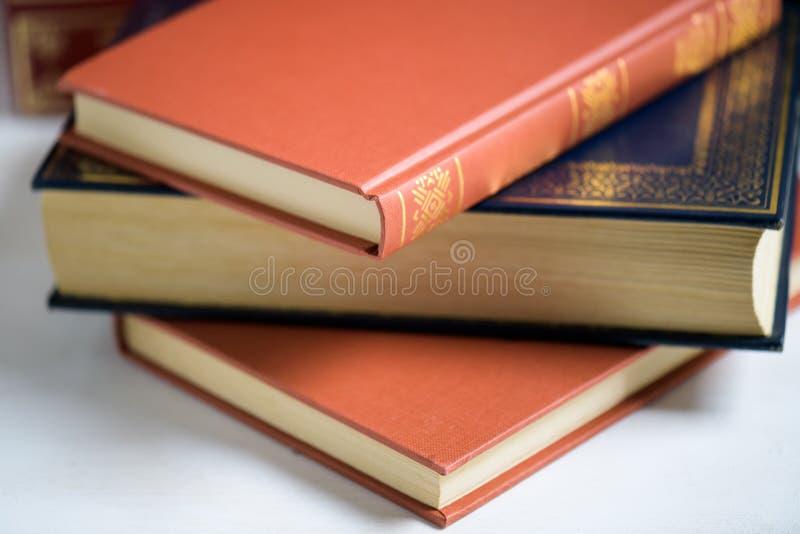 Une pile de vieux livres sur la table, foyer sélectif image stock