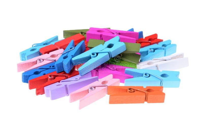 Une pile des agrafes en bois colorées de vêtements d'isolement photo libre de droits