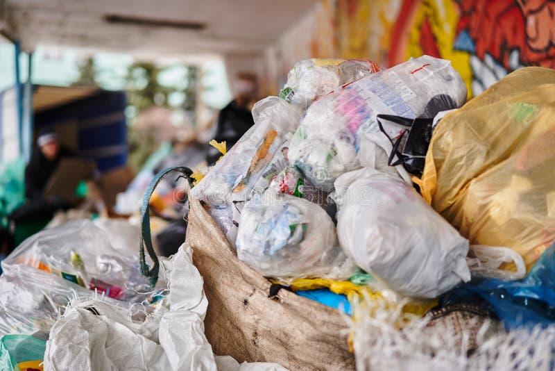 Une pile des déchets en plastique préparée pour la réutilisation photographie stock