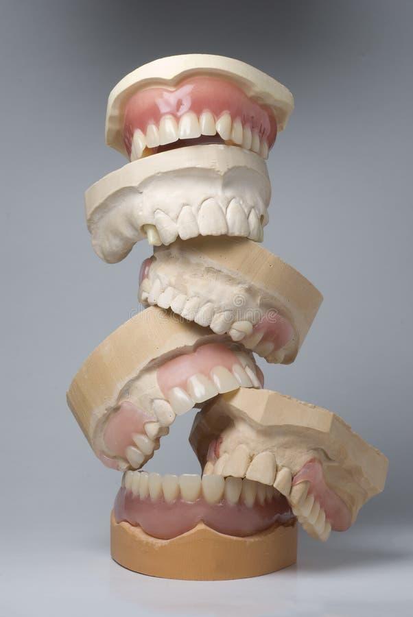 Une pile des dentiers photos libres de droits