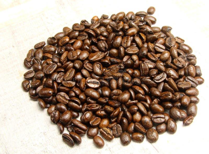 Une pile des grains de café photos libres de droits