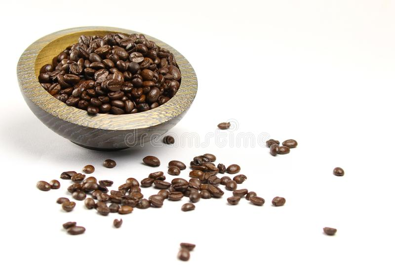 Une pile des grains de café se renversant hors d'une cuvette image libre de droits