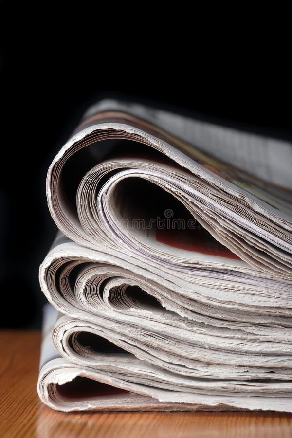 Une pile des journaux photos libres de droits