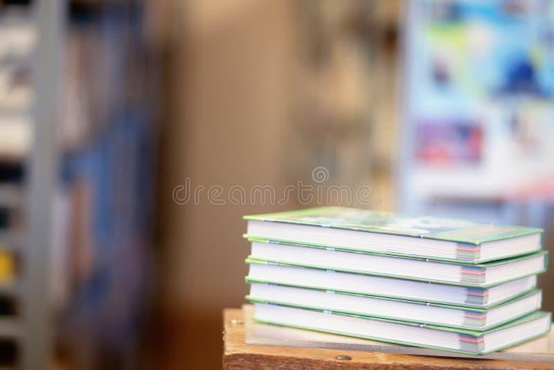 Une pile des livres avec la bibliothèque sur le dos photo stock