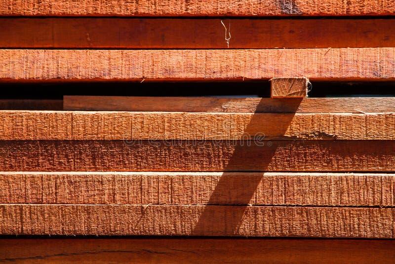 Une pile des matériaux en bois dans l'usine de traitement de bois photo libre de droits