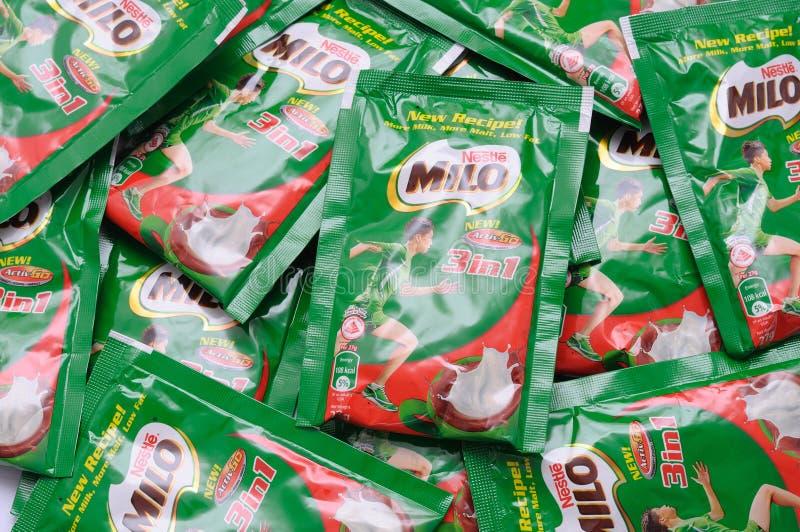 Une pile des sachets nutritifs de boisson de malt de chocolat de Milo photographie stock