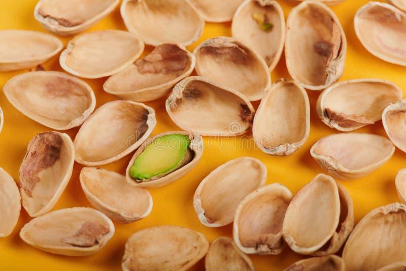 Une pistache dans la coquille images stock