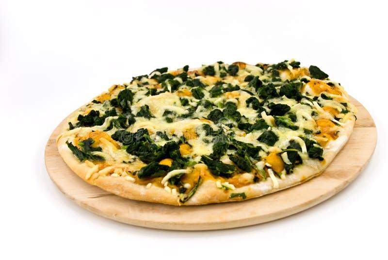 Une pizza d'épinards avec du fromage de mozzarella, épices image libre de droits