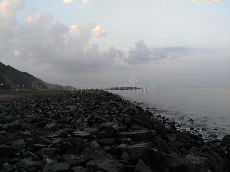 Une plage complètement des roches images libres de droits