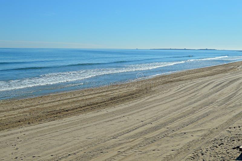 Une plage lissée et abandonnée avec une mer bleue plate photo libre de droits
