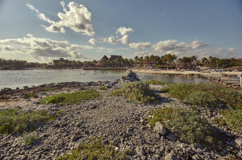 Une plage paradisiaque en mer des Caraïbes : Plage de Puerto Aventuras en Riviera maya au Mexique au coucher du soleil image stock