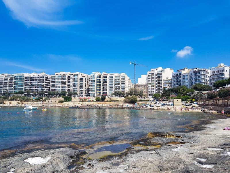 Une plage rocheuse à Malte photo libre de droits
