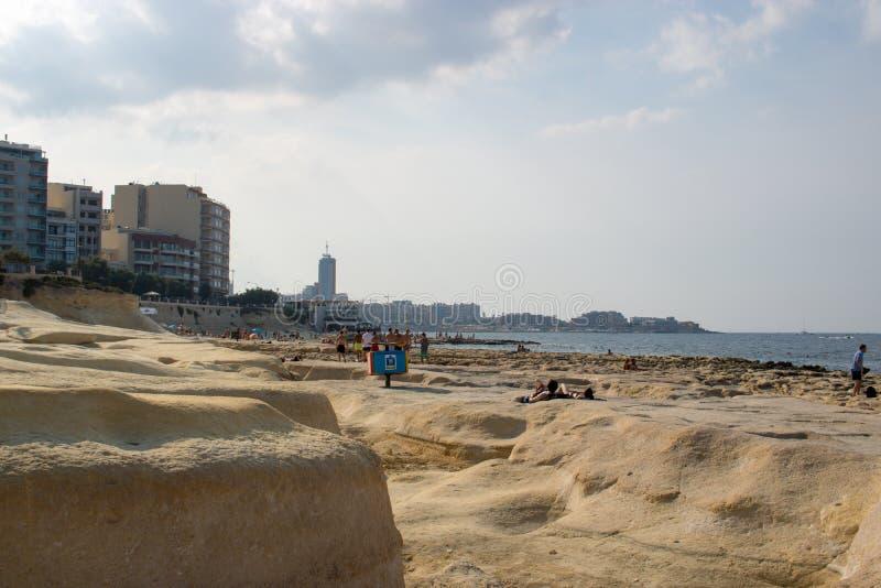 Une plage rocheuse à Malte images libres de droits