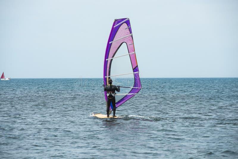 Une planche ? voile monte sur la mer dans le calme, vent l?ger image stock