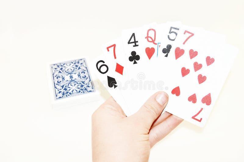 Une plate-forme des cartes écartées le long d'un fond blanc photo libre de droits