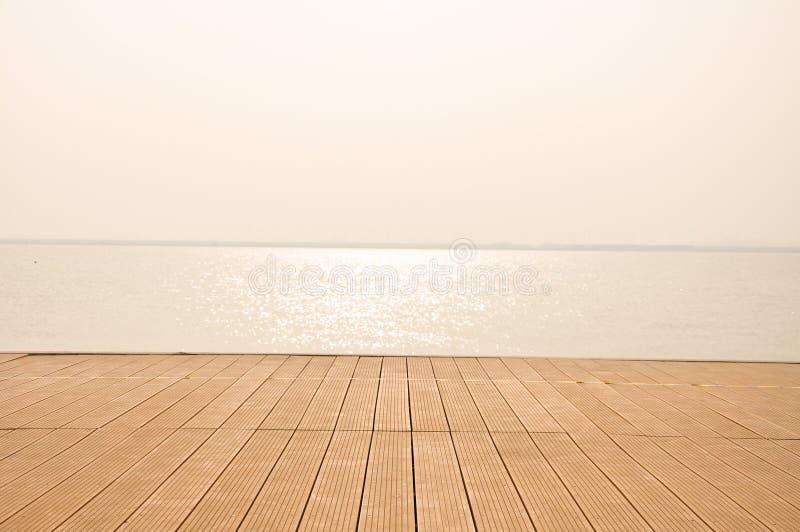 Une plate-forme sur le bord de la mer photos stock