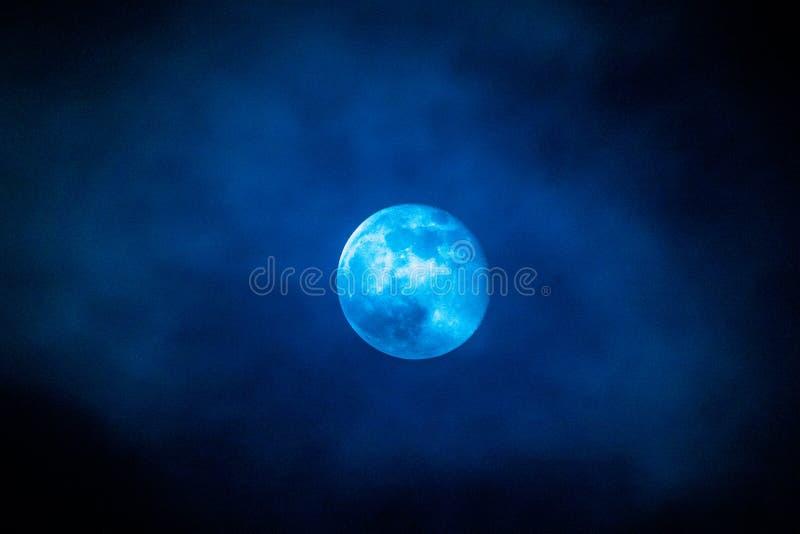 Une pleine lune bleue avec des nuages en février 2019 photos libres de droits