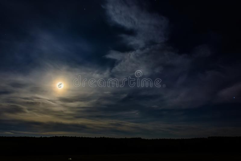 Une pleine lune merveilleuse est descendue au-dessus de l'Ukrainien Carpathiens en nuages troubles photographie stock