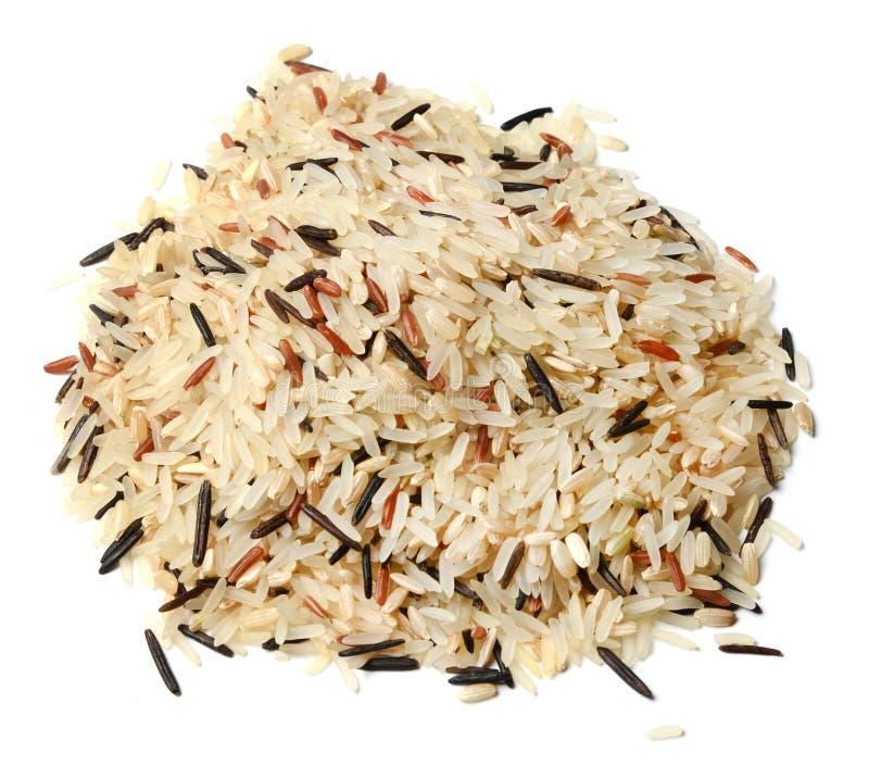 Une poignée de riz de différentes variétés sur un fond d'isolement blanc photographie stock